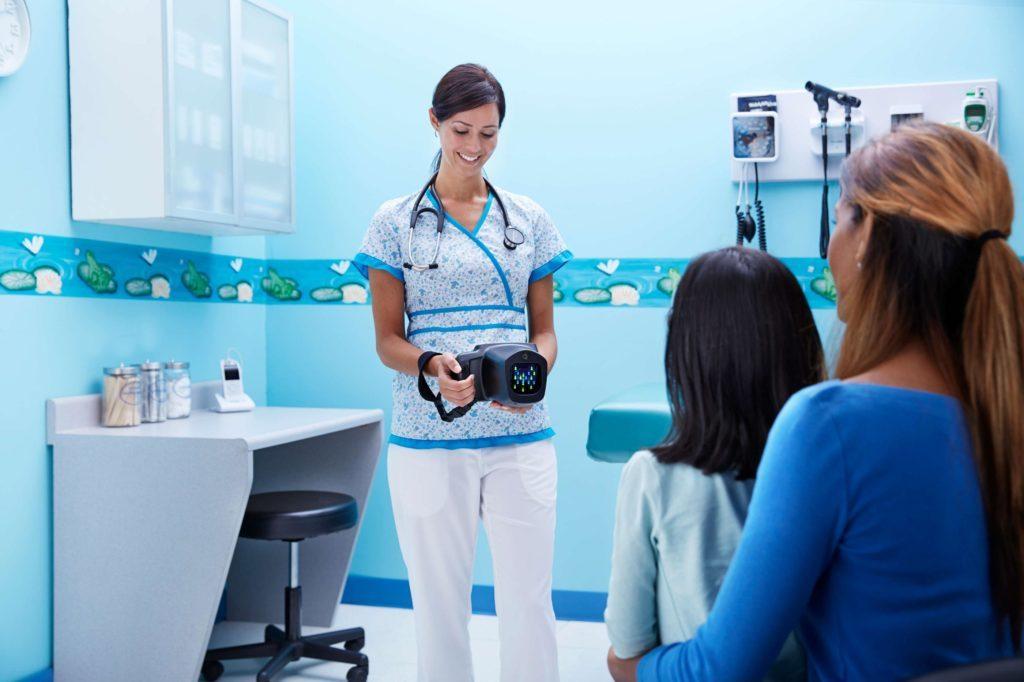 Bild die Mutter mit Kind beim Kinderarzt